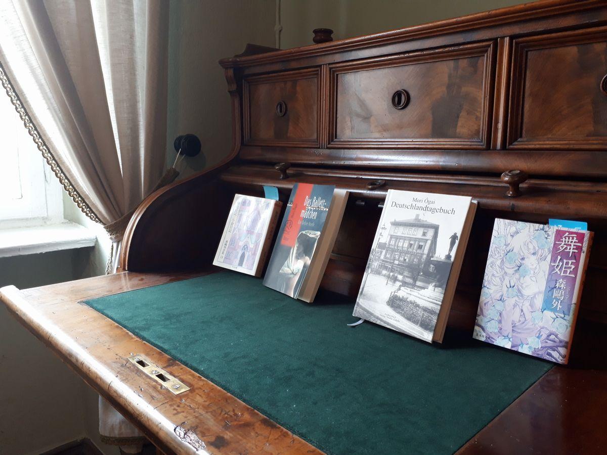 写真・図版 : 森鷗外がベルリン留学中に下宿で使っていた机=2月、ベルリンの森鷗外記念館。藤田撮影