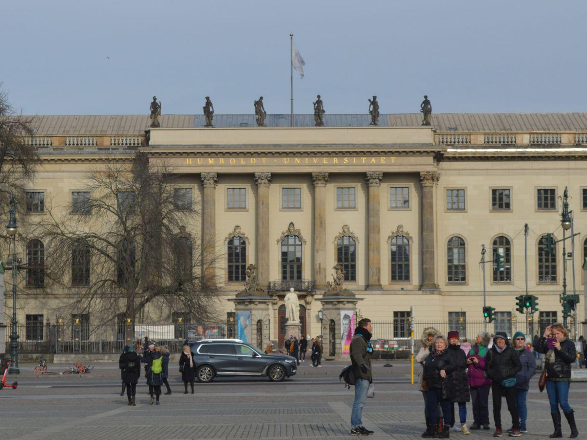 写真・図版 : ベルリンのフンボルト大学。東ドイツ当時にヴォンデさんが通った=2月、藤田撮影