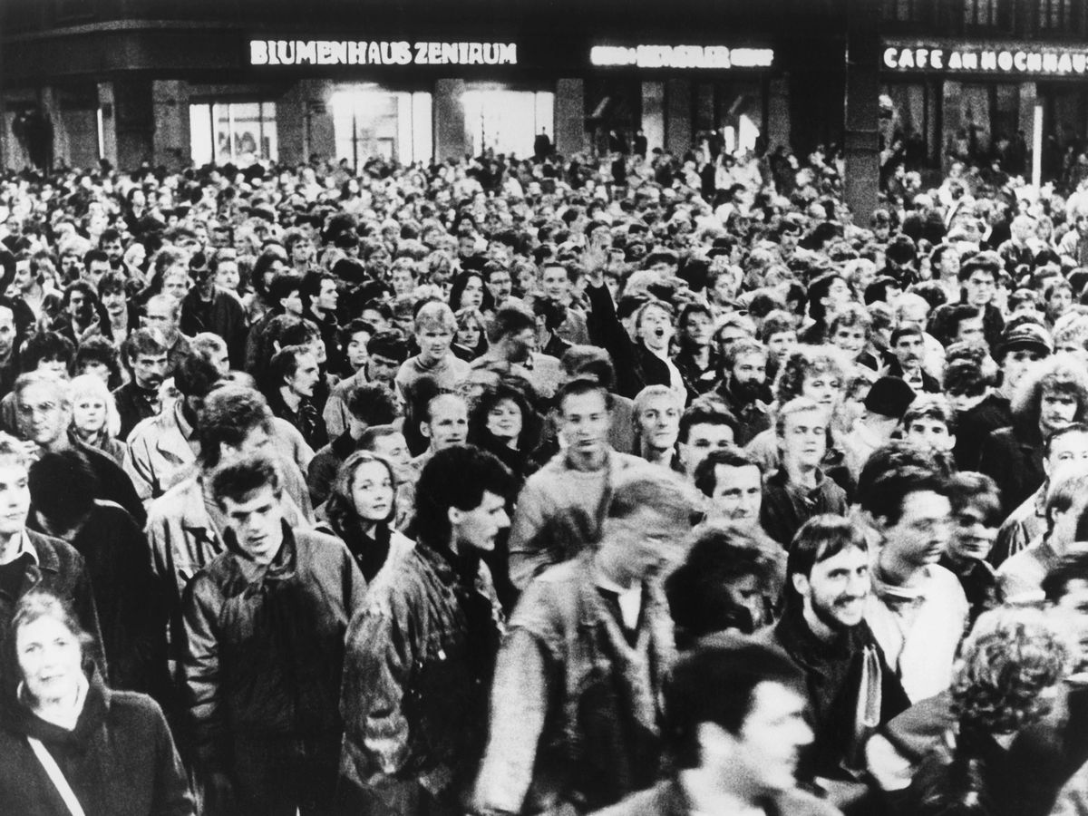 写真・図版 : 1989年10月、東ドイツのライプチヒで起きた民主化要求の大規模デモ=DPA通信