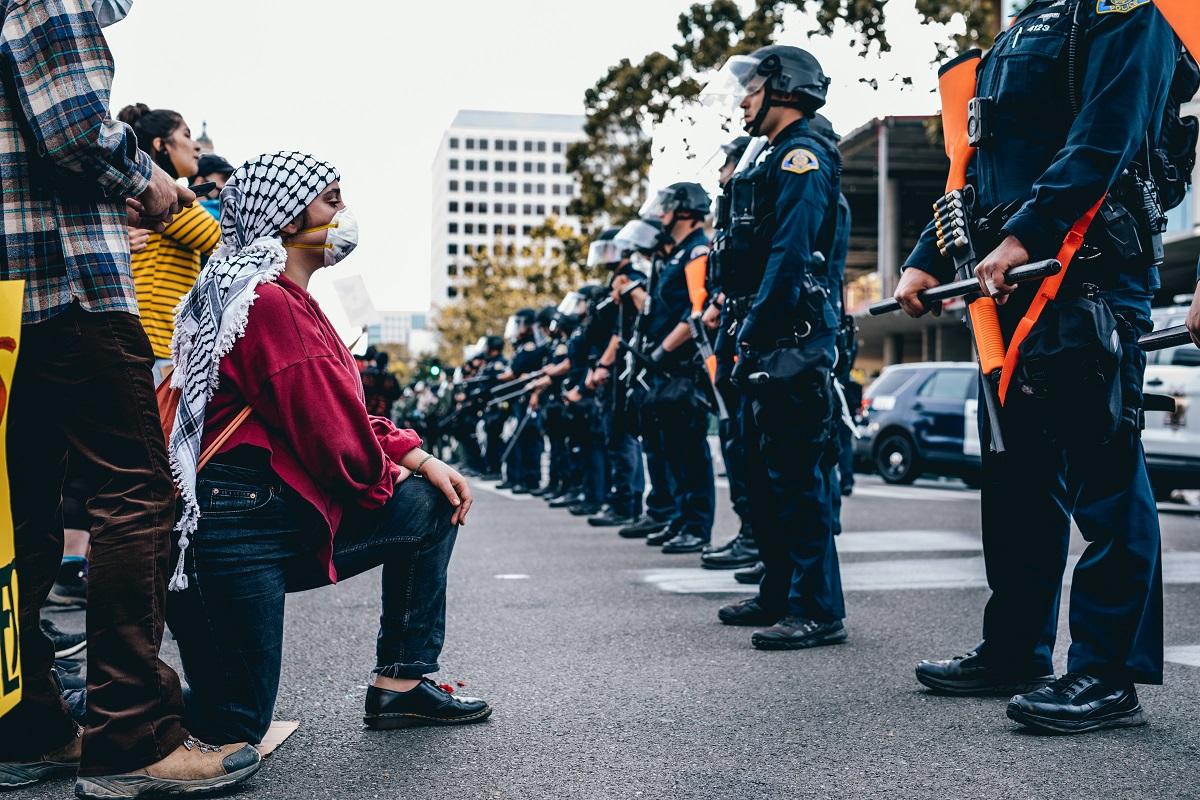 3日、ホワイトハウス周辺を警備する警察官たち=ワシントン、ランハム裕子撮影