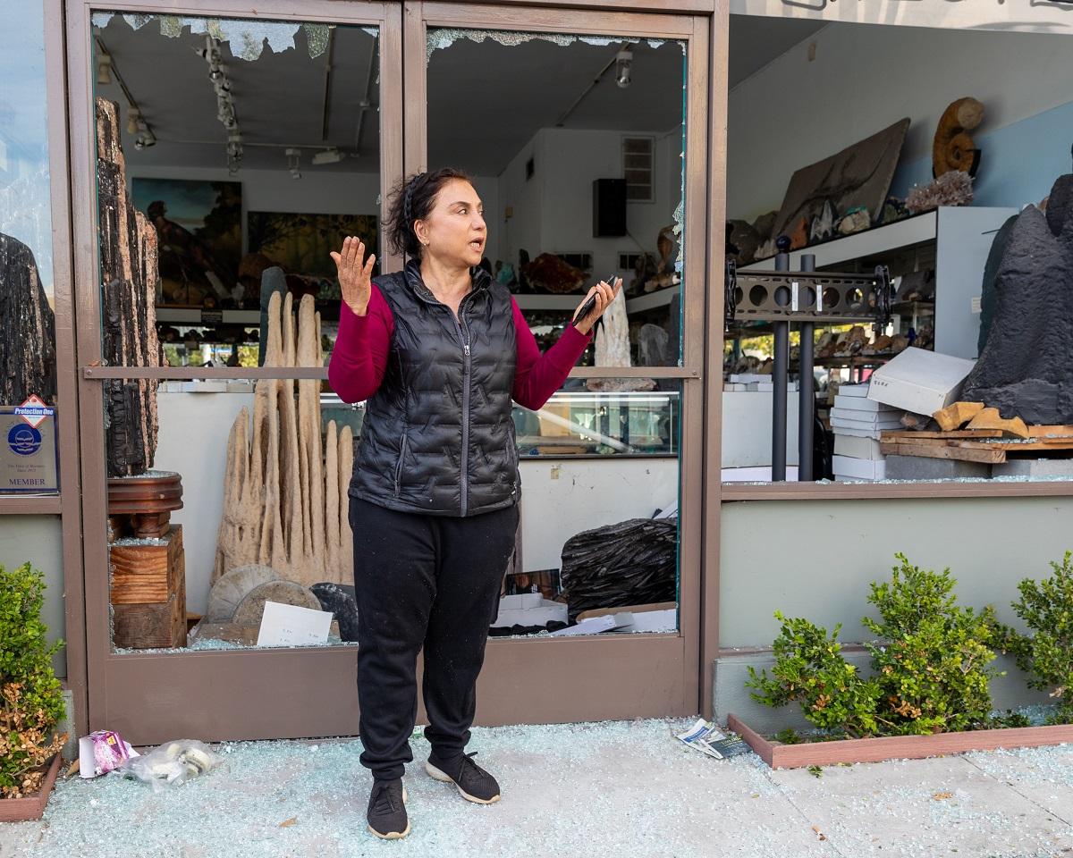 写真・図版 : 略奪の被害にあった店舗で=カリフォルニア州サンタモニカ  magraphy/Shutterstock.com