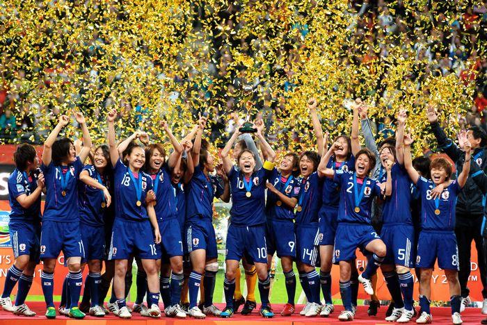 写真・図版 : W杯でドイツを破り世界一に輝いた日本代表の選手たち=2011年7月17日、ドイツ・フランクフルト
