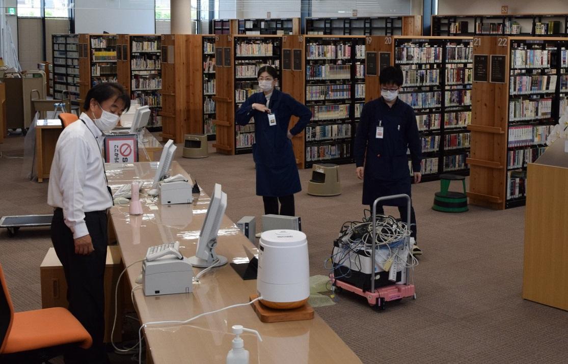 6月1日(月)から開館コロナで4月オープンできず…開館の準備作業をする職員たち=2020年5月30日、奈良県平群町の町立図書館