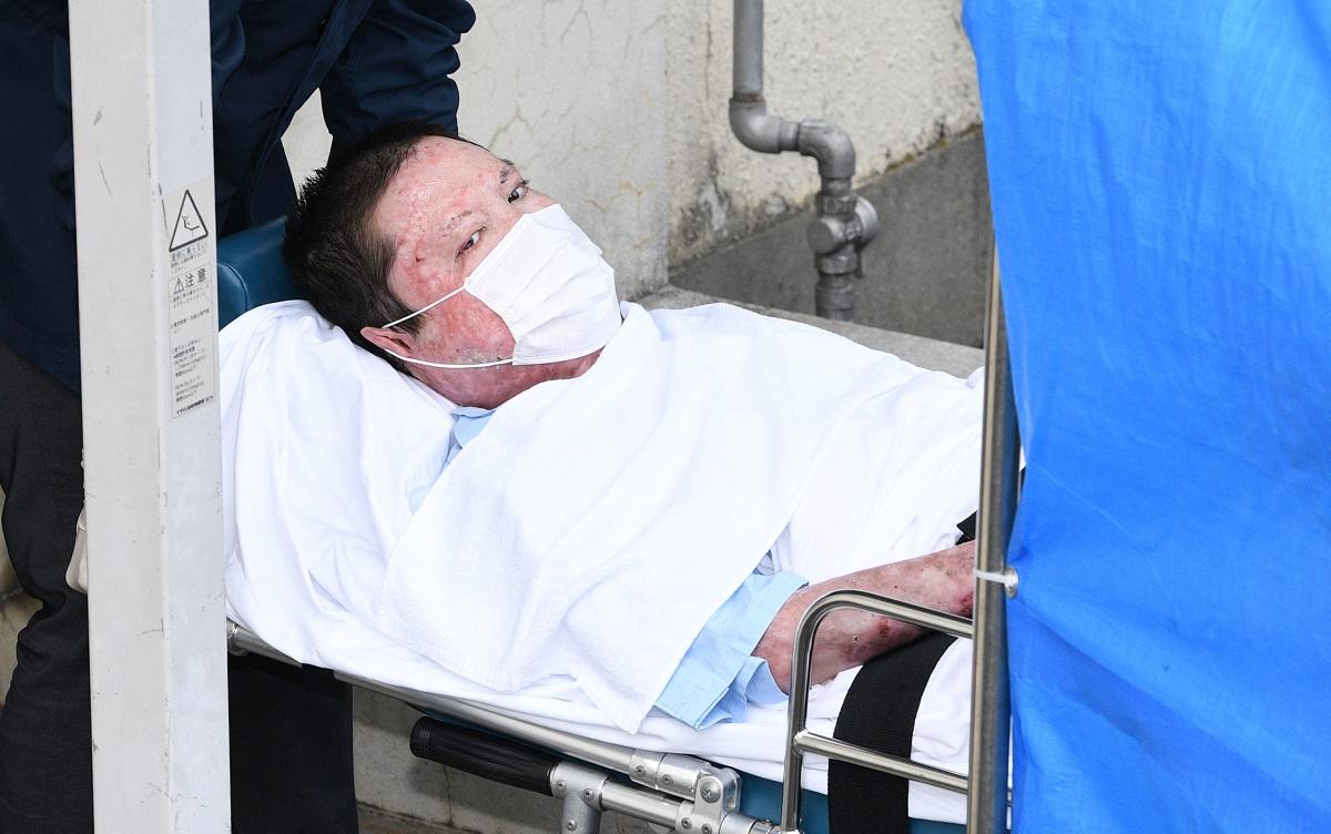 逮捕され、ストレッチャーに乗せられて伏見署に入る青葉真司容疑者=2020年5月27日午前8時9分、京都市伏見区、20200527
