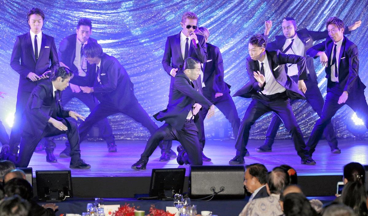 写真・図版 : 日ASEAN特別首脳会議の「ガラディナー」に出演したEXILE=2013年12月14日、帝国ホテル  時事通信代表撮影