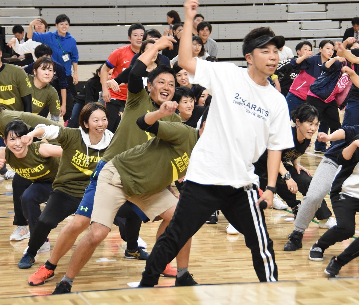 写真・図版 : 福岡市内の教員にダンスの振り付けを指導する、EXILEのÜSAさん=2018年12月3日、福岡市東区