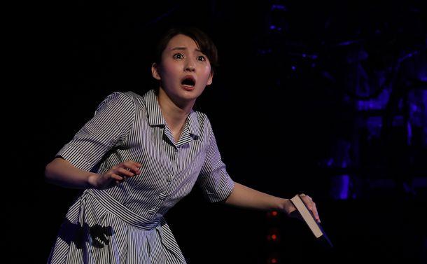 下北沢・本多劇場の扉を開ける