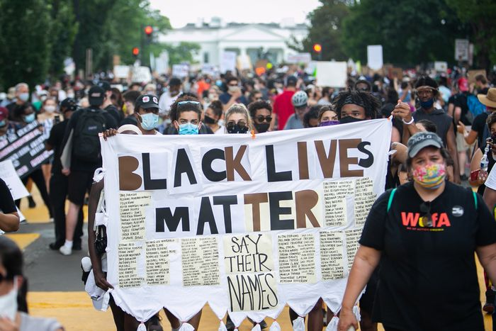写真・図版 : ホワイトハウス周辺で抗議デモに集まった人たち=2020年6月6日、ワシントン、ランハム裕子撮影