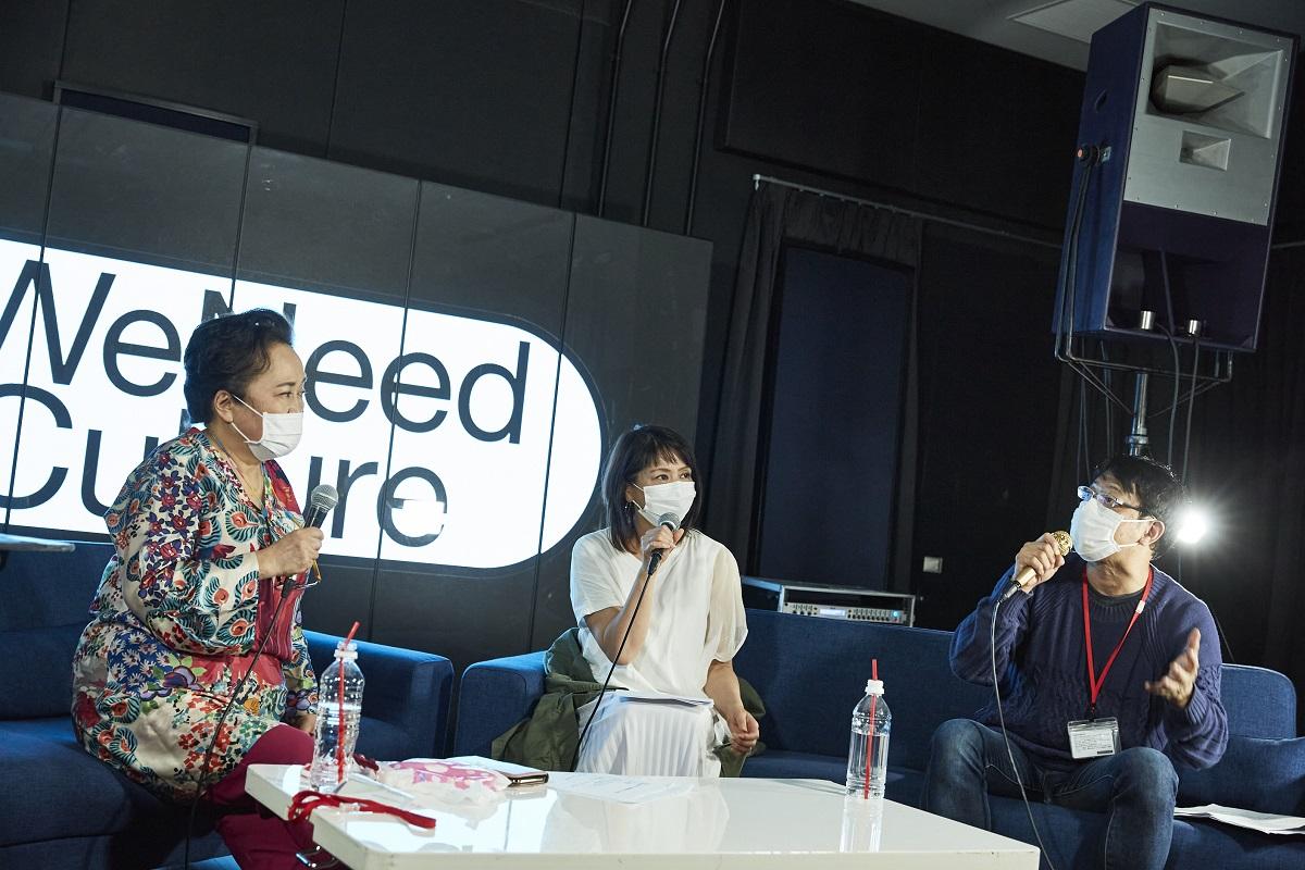 写真・図版 : 「#We Need Culture」のトークイベントで話す(左から)渡辺えりさん、小泉今日子さん、土田英生さん=2020年5月22日、東京・渋谷のDOMMUNE