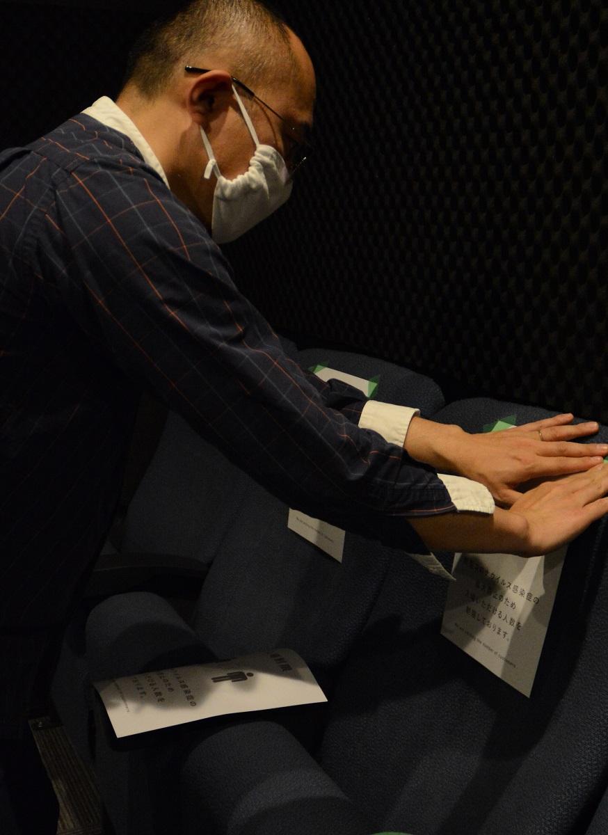 写真・図版 : 観客同士の距離を保つため、座席に貼り紙をして再開準備をするミニシアター=2020年5月17日、茨城県
