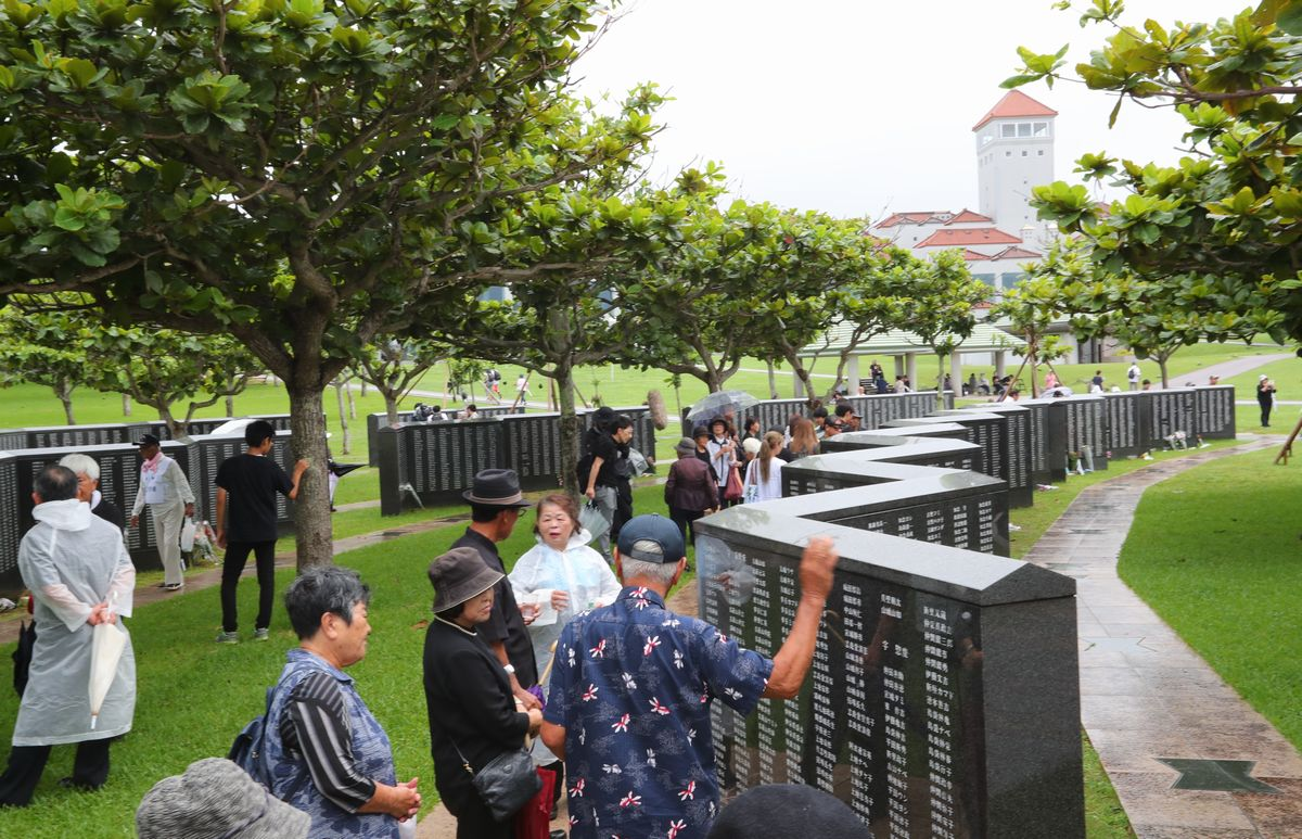 写真・図版 : 「慰霊の日」に「平和の礎」を訪れる人たち=2019年6月23日、沖縄県糸満市