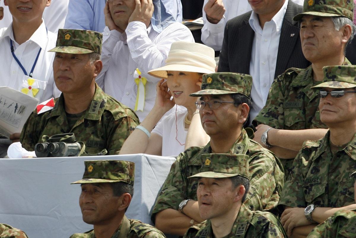 写真・図版 : 陸上自衛隊の富士総合火力演習に臨席した小池百合子防衛相(当時)=2007年8月、静岡県東富士演習場で