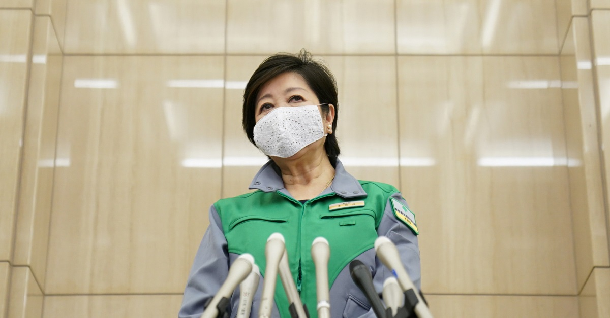写真・図版 : 感染症対策本部会議を終えて=2020年5月25日