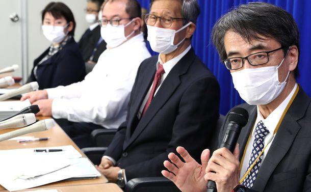 写真・図版 : 新型コロナウイルス感染症対策専門家会議を終えて記者会見する座長の脇田隆字・国立感染症研究所所長(手前右)=2020年4月1日、東京・霞が関の厚生労働省