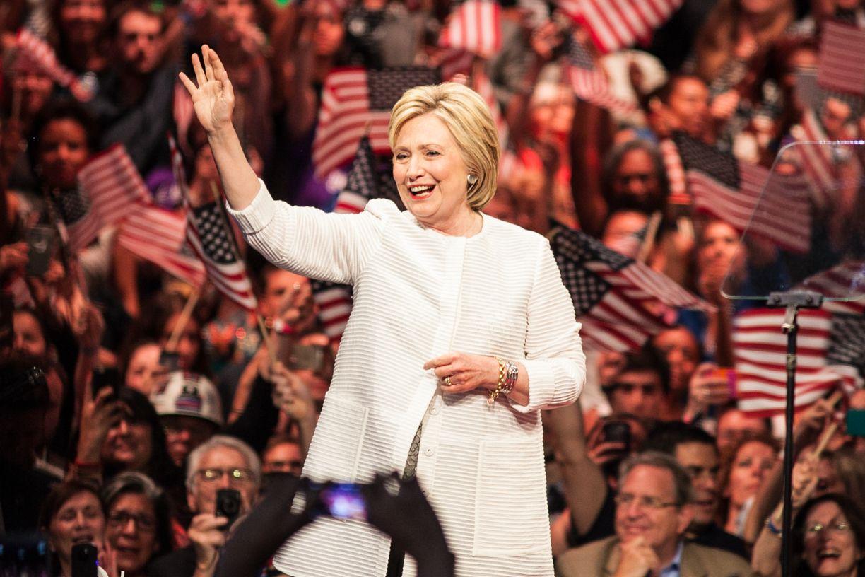写真・図版 : 選挙集会で演説するクリントン元国務長官=ニューヨーク、ランハム裕子撮影、2016年6月7日