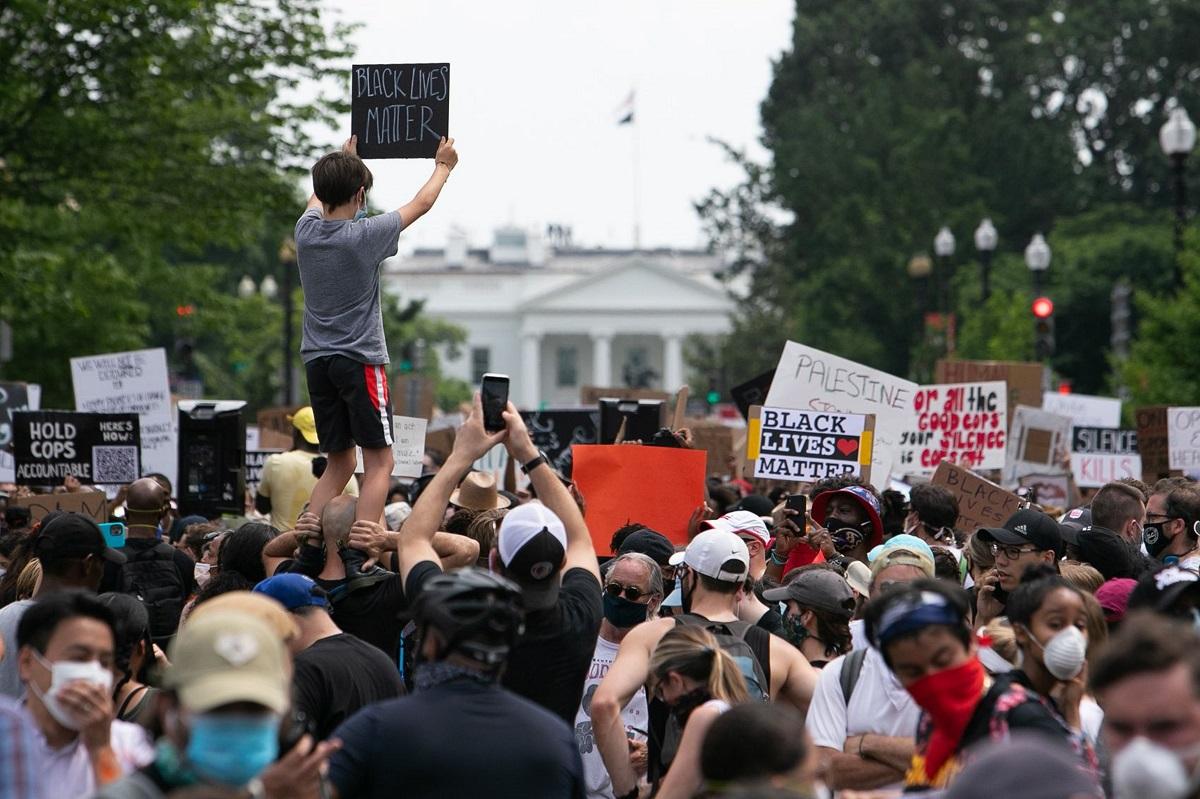 写真・図版 : ホワイトハウスの周辺で「黒人の命も大切だ」などと書かれたプラカードを掲げ、抗議デモする人たち=ワシントン、ランハム裕子撮影、2020年6月6日