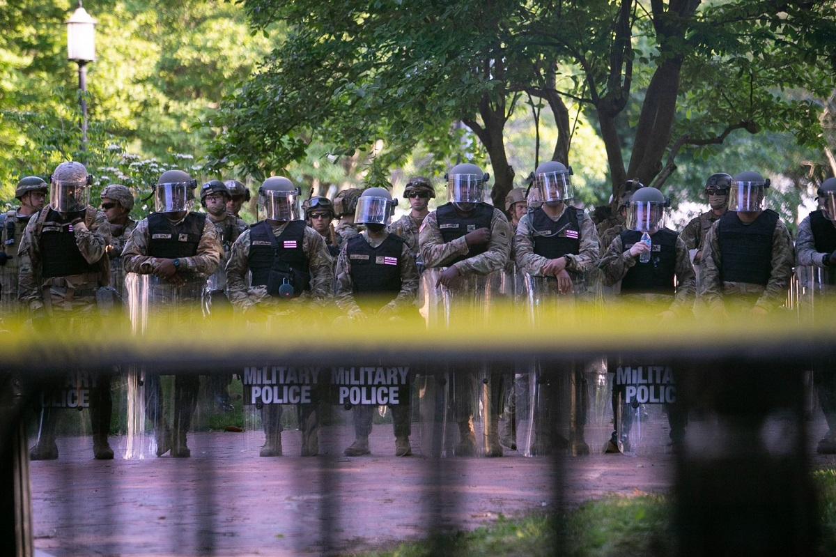 写真・図版 : ホワイトハウスの前に一列に並び、警備態勢につく警官隊=ワシントン、ランハム裕子撮影、2020年6月2日