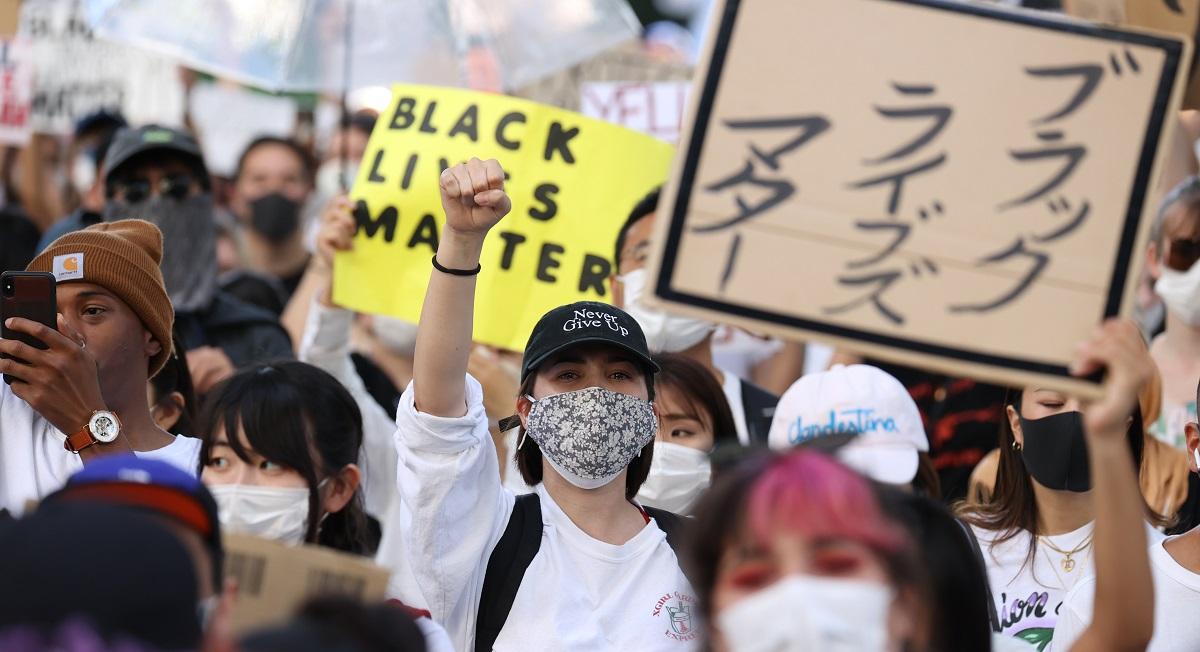 日本でも「BLACK LIVES MATTER」と声を上げるデモがおこなわれた=2020年6月7日、大阪市内