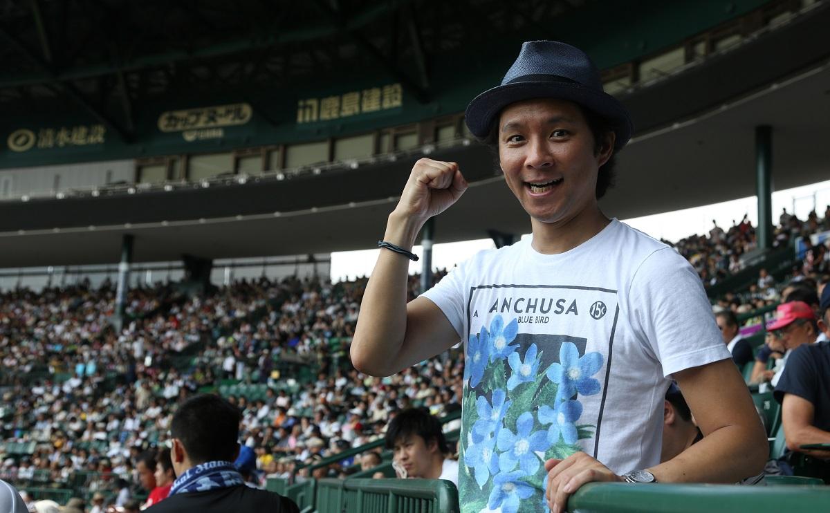 写真・図版 : 渡部建さんは高校野球好きでも有名だった=2012年8月、甲子園球場