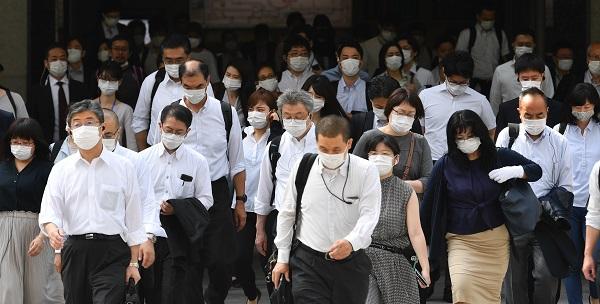 写真・図版 : JR東京駅前の通勤風景。ほとんどの人がマスクをつけていた=2020年6月3日午前、福留庸友撮影