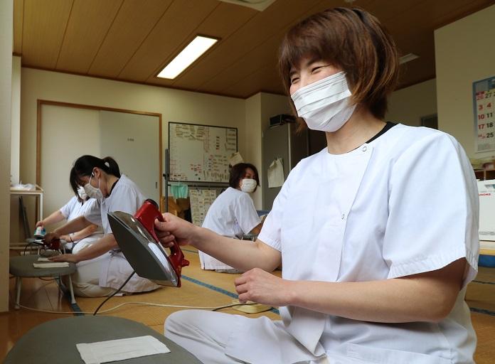写真・図版 : 子供たちに贈るマスクを作る学校給食センターの職員たち=2020年5月21日、熊本県水俣市白浜町、奥正光撮影