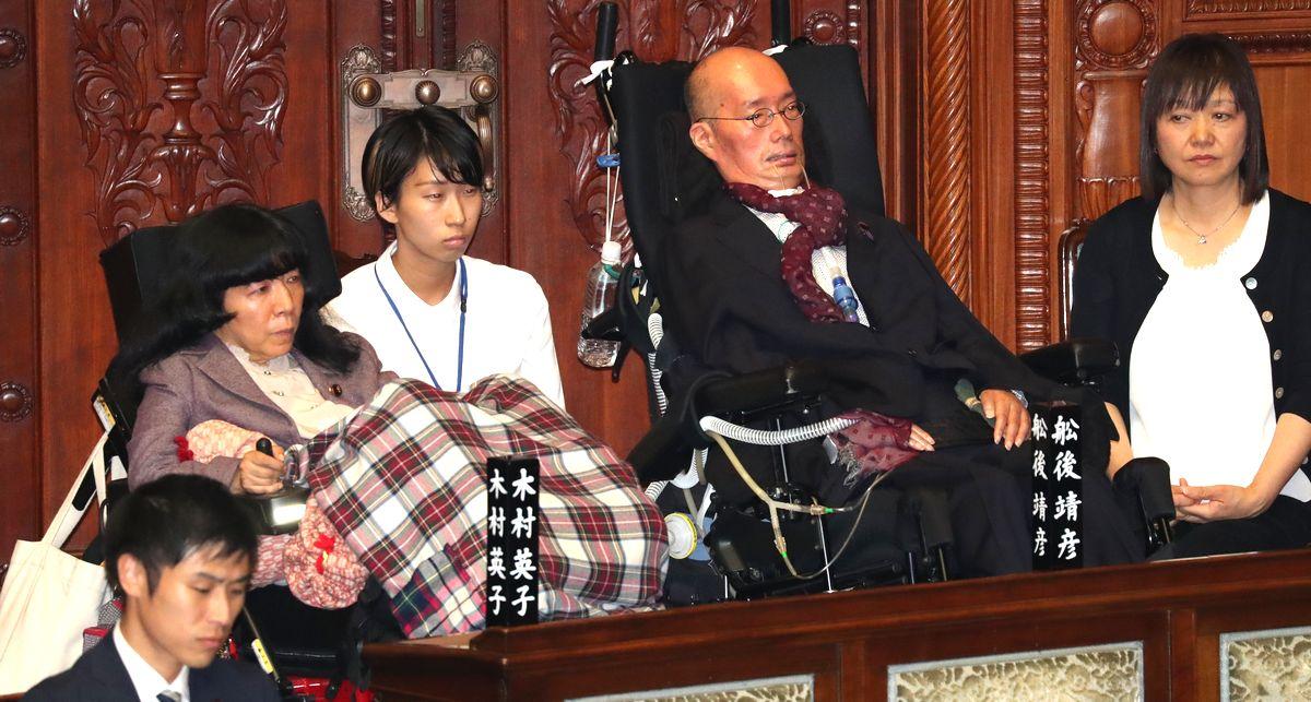 写真・図版 : れいわ新選組の木村英子氏(左から2人目)と舩後靖彦氏(同4人目)=2019年10月