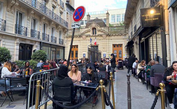 写真・図版 : 「外出禁止」中、テラスだけ開店許可が出たパリのレストラン。かなり離れた小学校前までテラスを拡張=6月13日夕食時、パリ8区(筆者撮影)