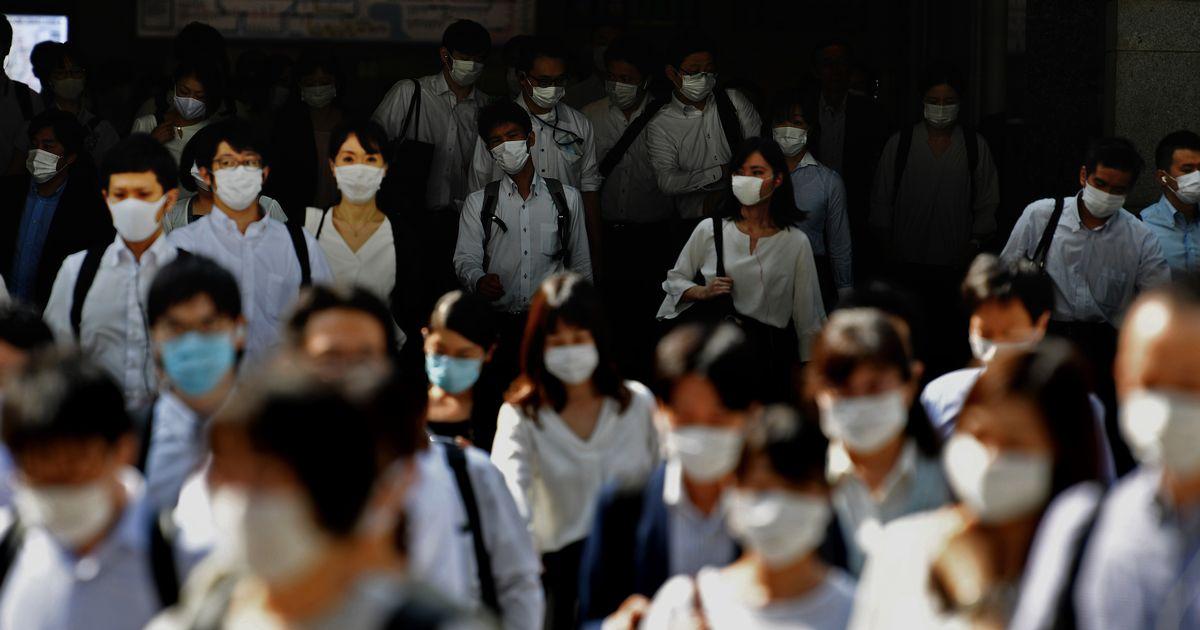 写真・図版 : 東京都が「東京アラート」を発動した翌朝のJR東京駅前では、ほとんどの人がマスクをつけていた=6月3日、福留庸友撮影
