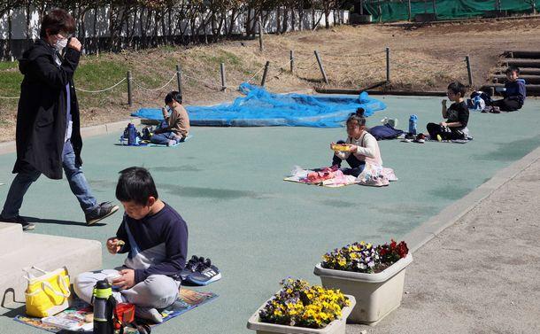 写真・図版 : 休校中の子らに昼食を支援した山梨県の児童センターでは、屋外で一人ずつ離れて食べていた=3月9日、河合博司撮影