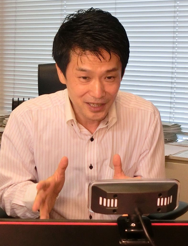 写真・図版 : オンライン対談中の小川淳也議員