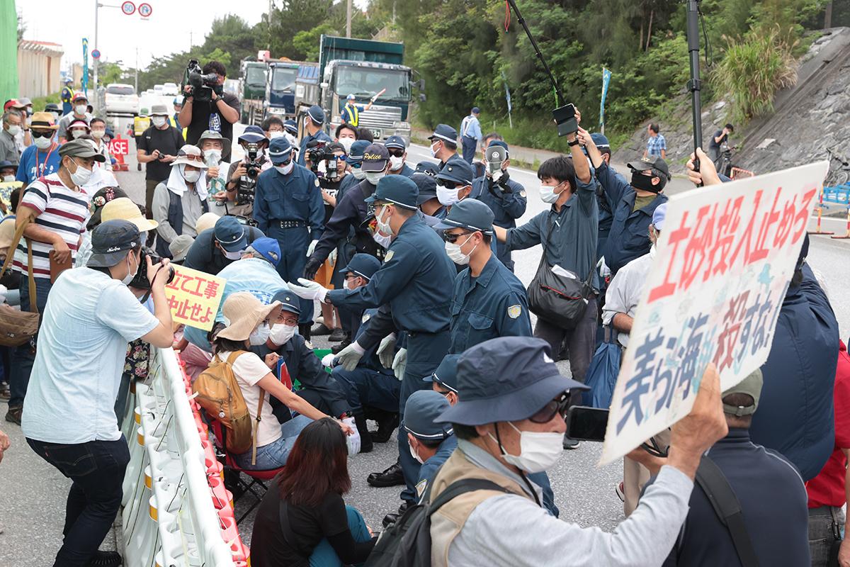 写真・図版 : 辺野古の工事再開に抗議する人たち=6月12日、沖縄県名護市、吉本美奈子撮影