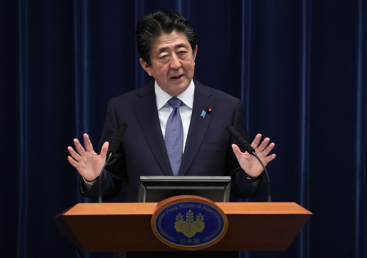 写真・図版 : 記者会見に臨む安倍首相=6月18日午後6時すぎ、首相官邸。朝日新聞社