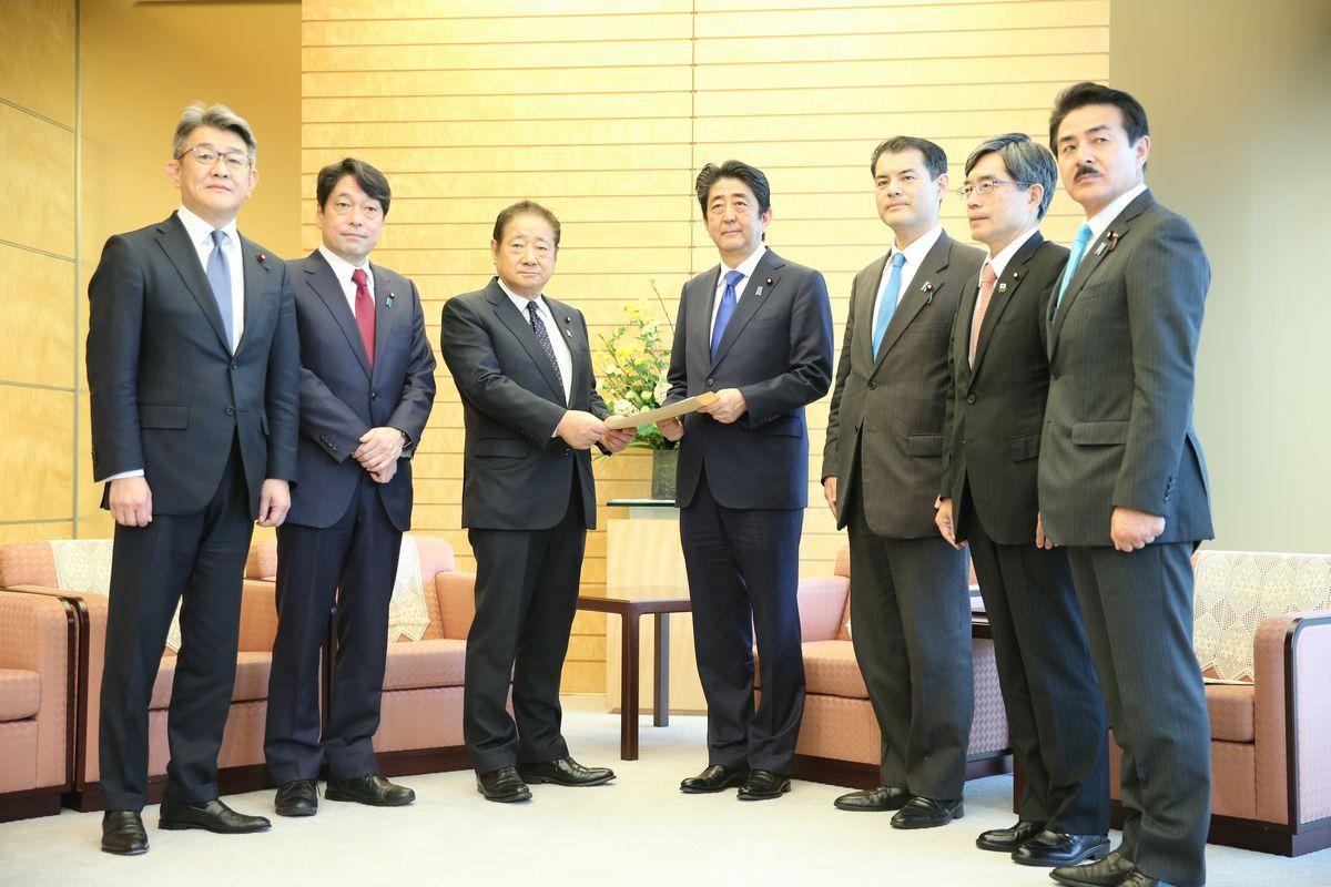 写真・図版 : 2017年3月、ミサイル防衛について自民党から提言書を受け取る安倍首相=首相官邸。朝日新聞社