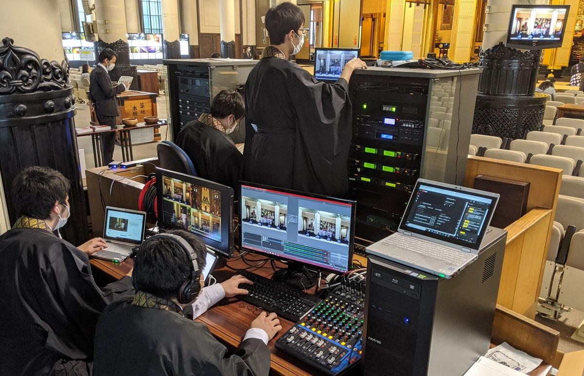 写真・図版 : 機器を操作し、法要をネット中継する築地本願寺の僧侶=2020年5月