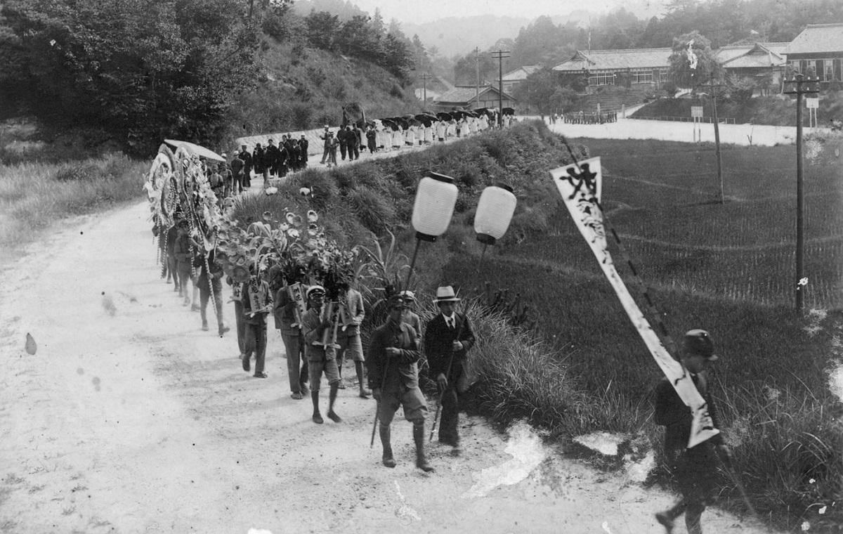 写真・図版 : 戦死者を弔う月瀬村(現奈良市)の葬列=1942年