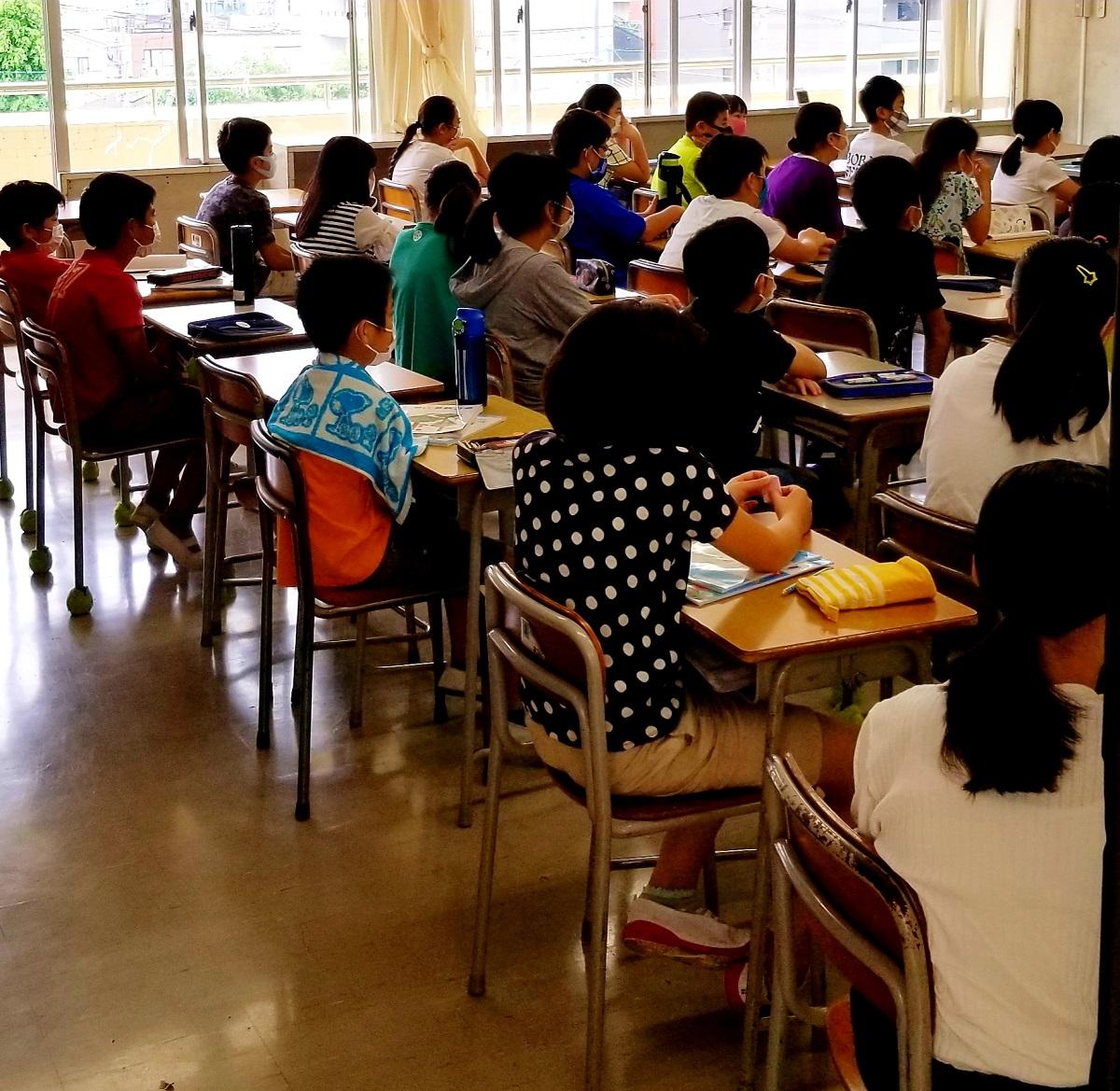 写真・図版 : 密集する教室。分散登校が終わって全員登校が始まりました