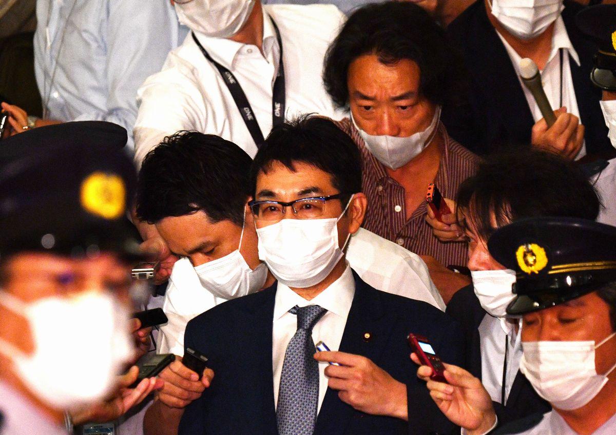 写真・図版 : 記者に囲まれて衆院本会議を後にする河井克行氏=2020年6月17日午後3時10分、国会