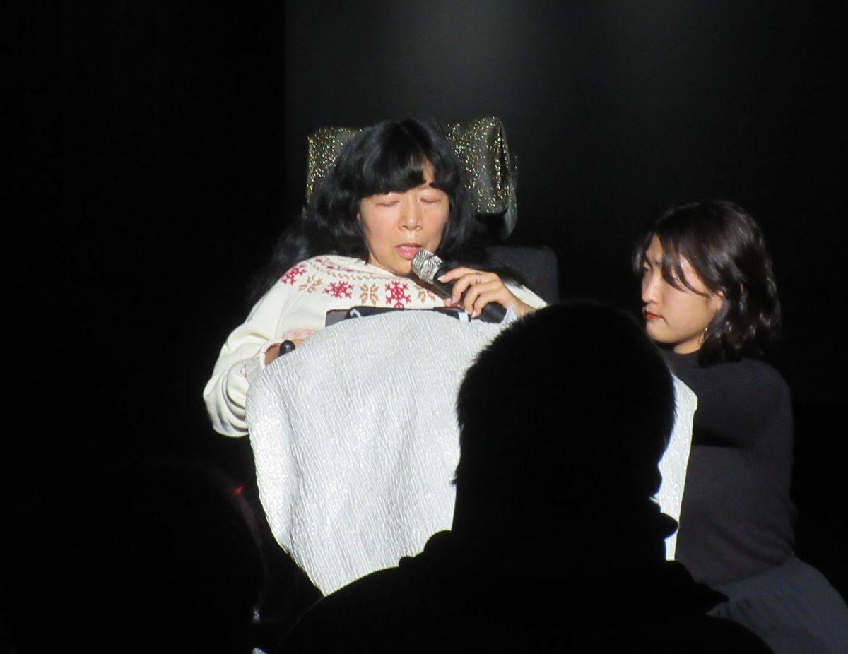 写真・図版 : 『絹子ものがたり』に出演する木村英子参議院議員=2019年12月11日、東京都国立市