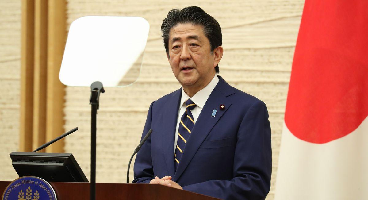写真・図版 : 緊急事態宣言を出した後、記者会見する安倍晋三首相=2020年4月7日午後7時3分、首相官邸
