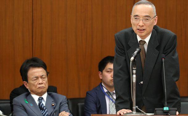 写真・図版 : 国会答弁に立つ財務省理財局長時代の太田充・現主計局長(右)。左は麻生太郎財務相=2018年4月18日