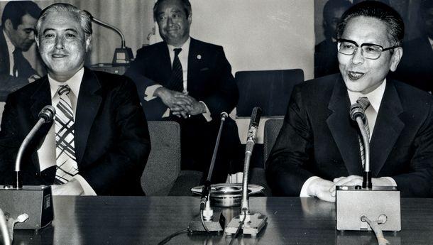 写真・図版 : 大蔵事務次官就任の抱負を語る吉野良彦さん(右)。左は前次官の山口光秀さん=1986年6月10日