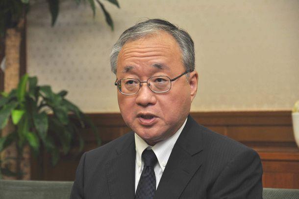 写真・図版 : 財務省の岡本薫明事務次官