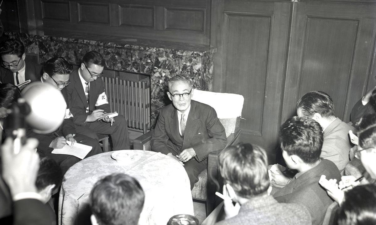 写真・図版 : 日米安保条約を違憲とする東京地裁判決(伊達判決)を破棄し、地裁に差し戻す最高裁判決の後、記者会見で「政治的な意図はない」と語る田中耕太郎裁判長=1959年12月16日、最高裁