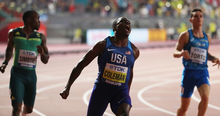 写真・図版 : 2019年の世界陸上男子100メートルで初優勝し、叫ぶクリスチャン・コールマン(中央)=池田良撮影