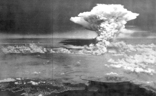 写真・図版 : 1945年8月6日、原爆投下で広島上空に広がるキノコ雲=米機から撮影