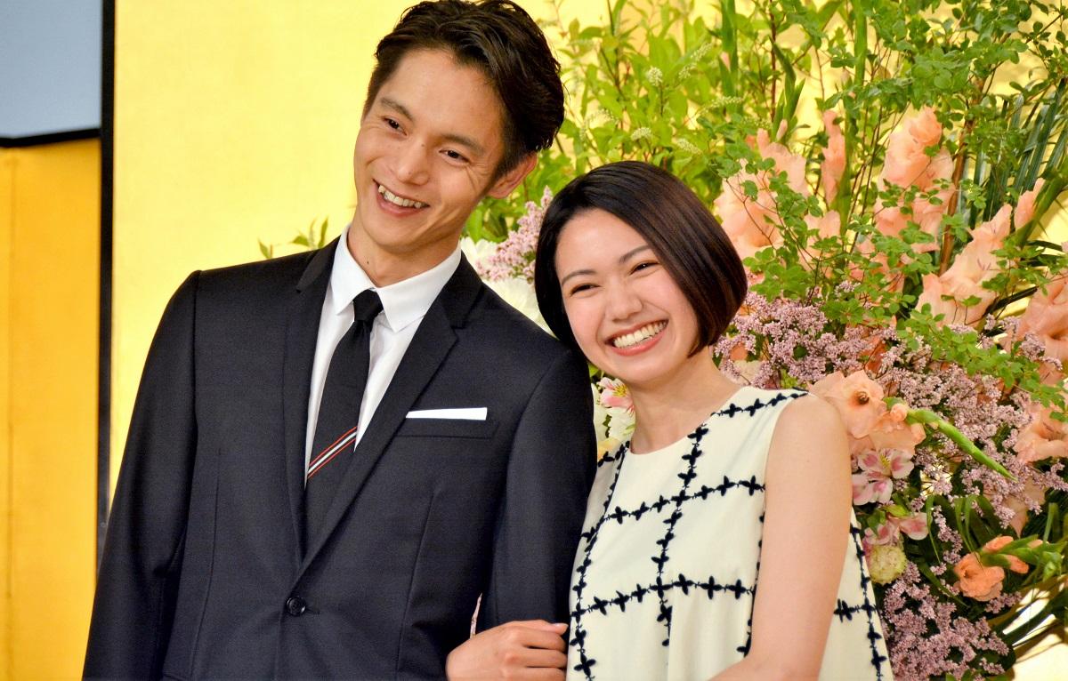 NHKの連続テレビ小説「エール」で、主人公の窪田正孝(左)とその妻役の二階堂ふみ