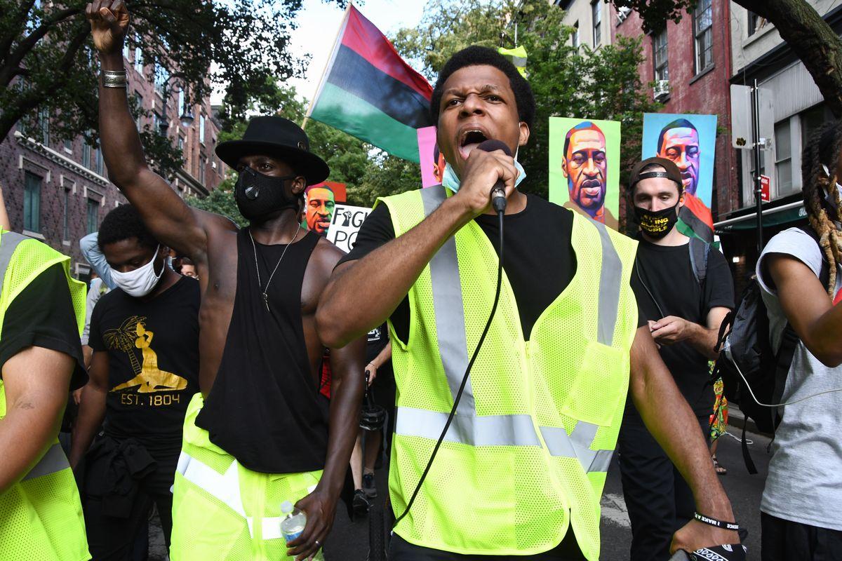 写真・図版 : 黒人に対する差別の撤廃を求めて叫ぶ市民=2020年6月19日、米ニューヨーク