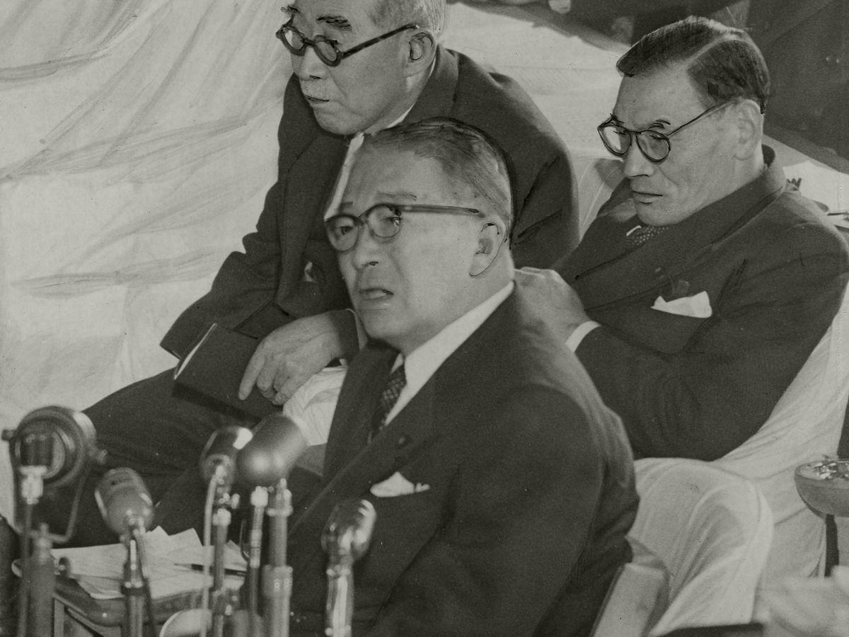 写真・図版 : 1956年2月、衆院予算委員会での鳩山一郎首相=朝日新聞社
