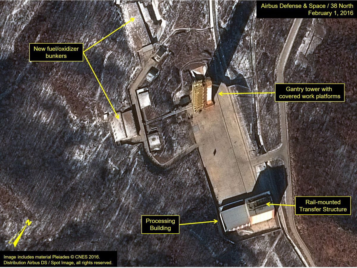 写真・図版 : 米ジョンズ・ホプキンス大の北朝鮮研究グループ「38ノース」によると、2016年2月1日の衛星写真では、弾道ミサイル発射台(中央右)周辺で人や車両の動きが活発になっていた=エアバス・ディフェンス・アンド・スペース/38ノース提供