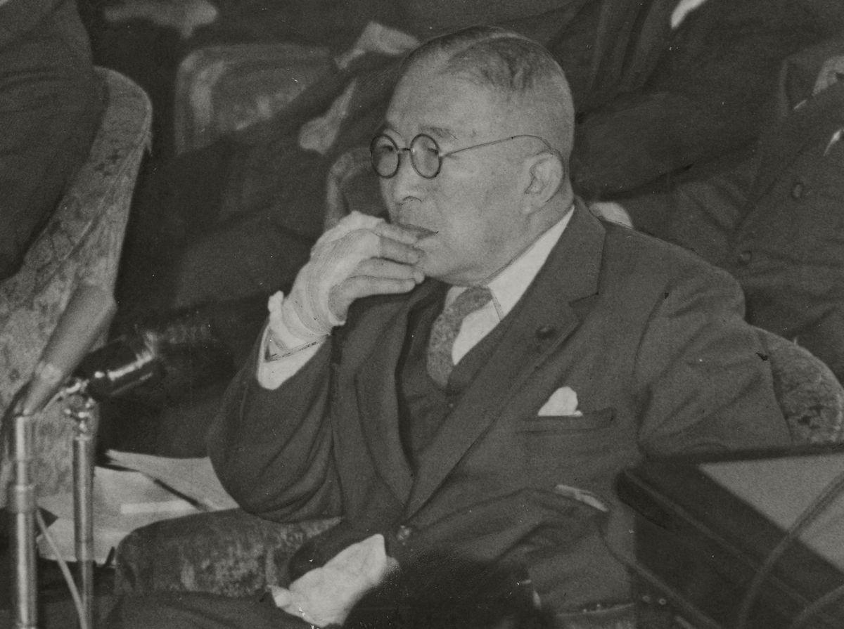 写真・図版 : 1954年12月、衆院予算委員会での鳩山一郎首相=朝日新聞社